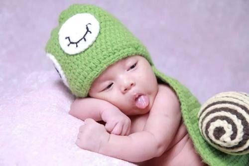 四个月宝宝拉绿色粘稠大便,4个多月宝宝拉的大便粘稠